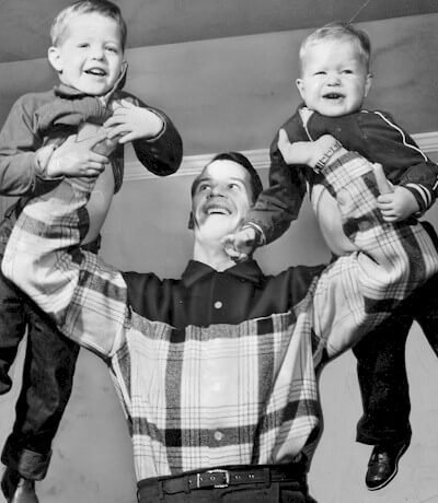 gordie-howe-with-mark-and-marty-1957.jpg